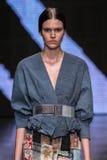 NEW YORK, NY - 8 SETTEMBRE: Vanessa Moody di modello cammina la pista alla sfilata di moda 2015 di Donna Karan Spring immagini stock