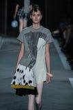 NEW YORK, NY - 9 SETTEMBRE: Vanessa Moody di modello cammina la pista alla sfilata di moda di Marc By Marc Jacobs immagine stock libera da diritti