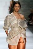 NEW YORK, NY - 5 SETTEMBRE: Zhenya Katava di modello cammina la pista alla sfilata di moda di Zimmermann Fotografie Stock