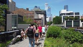 New York, NY, U.S.A. Camminando seguendo l'alta linea nell'ora legale Un punto di riferimento famoso e un parco pubblico sul lato archivi video