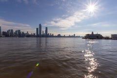 New York, NY/unido Estado-dezembro 26, 2018 skylines de New York City e Hudson River imagens de stock royalty free