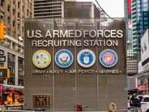 New York, NY/United État-fév. 17, 2016 : Times Square U S bras images stock