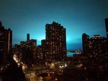 New York NY USA, December 27, 2018: Östlig midtownsikt av East River och Queens, av Con Ed den elektriska transformatorexplosione arkivfoto