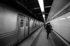 New York NY, USA - December 22, 2016: Passagerare som raskt går på den New York gångtunnelen på Union Square arkivbild