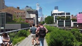 New York, NY, USA Gehen nach dem hohen Grundsatz in der Sommerzeit Ein berühmter Markstein und ein allgemeiner Park auf der Wests stock video