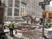 New York NY USA - Januari 1, 2014 5th aveny a för watermainavbrott Fotografering för Bildbyråer
