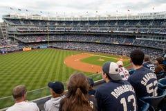 Baseball fläktar på Yankee Stadium arkivfoto