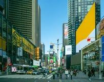 New York, NY/Vereinigte Staaten - Feb 26, 2019: Landschaftsansicht von im Norden Quadrat mit Touristen, Autos andtaxis manchmal s lizenzfreies stockfoto