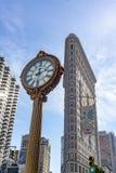 New York, NY - vista vertical da construção famosa do ferro de passar roupa com um pulso de disparo histórico da rua no primeiro  imagens de stock