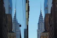 New York nya York Februari fjärde: Den Chrysler byggnaden och reflexionen av den Chrysler byggnaden som ses i glass arkitektur Royaltyfri Foto