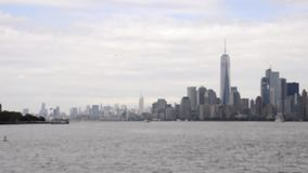 New York, o 2 de agosto: Panorama de New-jersey e de Manhattan sobre o Rio Hudson de New York City video estoque