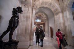 New York offentligt bibliotekhall med statyn Arkivfoton