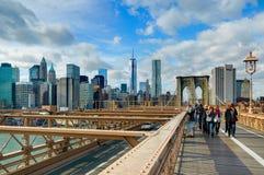 NEW YORK, OKT, 25, 2013: Ansicht über berühmtes NYC-Brooklyn-Brücken-Tor und gehende Leutetouristen Berühmte New- Yorkarchitektur Lizenzfreies Stockfoto