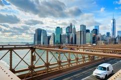 NEW YORK, OKT, 25, 2013: Ansicht über berühmtes NYC-Brooklyn-Brücken-Tor und laufende Autos mit Touristen Berühmtes New- Yorkarch Stockfotos