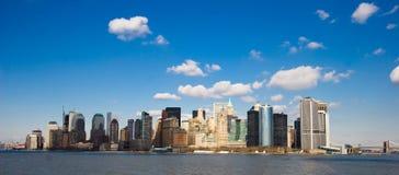 New York onder blauwe hemelen Stock Fotografie