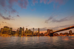 New York Orizzonte del ponte e di Manhattan di Brookyn al tramonto di estate Immagine Stock Libera da Diritti