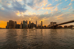 New York Orizzonte del ponte e di Manhattan di Brookyn al tramonto di estate Fotografia Stock