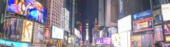 NEW YORK - OTTOBRE 2015: Times Square di visita dei turisti alla notte Fotografia Stock