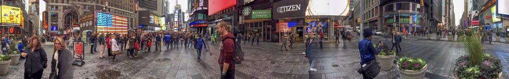 NEW YORK - OTTOBRE 2015: Times Square di visita dei turisti a nig Immagini Stock Libere da Diritti