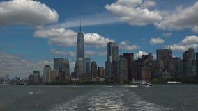 NEW YORK: Panoramablick New York City gesehen von einem Schiff, Realzeit, ultra hd 4k stock video footage