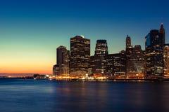 New York - Panoramablick von Manhattan-Skylinen bis zum Nacht Stockfotos