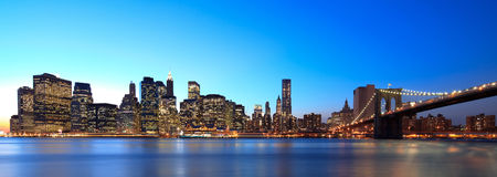 New York panoramique la nuit images stock