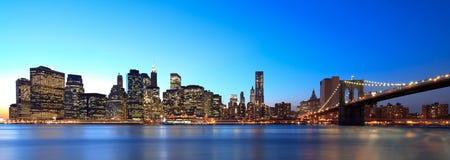 New York panoramisch bij nacht stock afbeeldingen
