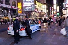 New York, Polizeiwagen und Polizisten im Times Square Lizenzfreie Stockfotos
