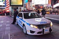 New York, Polizeiwagen und Polizisten im Times Square Lizenzfreie Stockbilder