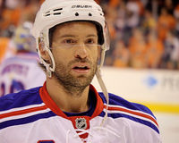 New York Rangers Dominic Moore del NHL Foto de archivo