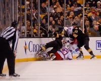 New York Rangers und Boston Bruins stoßen zusammen Stockfotografie