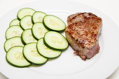 Steak med gurkor Royaltyfria Bilder