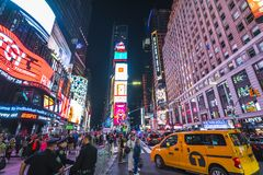 New York, S.U.A., 09-03-17: famoso, squre di tempo alla notte con le folle fotografia stock