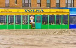 New York, S.U.A. - 2 maggio 2016: Sentiero costiero di Coney Island, spiaggia di Brighton, Brooklyn, U.S.A. Immagine Stock Libera da Diritti
