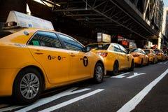 New York Scape dai cappucci del taxi in una fila immagine stock