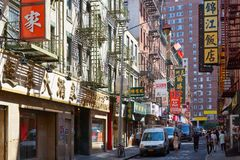 Chinatown street with people and buildings in New York Royalty Free Stock Photos
