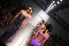 NEW YORK - SEPTEMBER 06: De modellen lopen de baan voor de modeshow van Katya Leonovich Spring Summer 2015 Royalty-vrije Stock Foto's