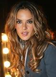 NEW YORK - SEPTEMBER 09: Modellen Alessandra Ambrosio poserar i kulisserna Fotografering för Bildbyråer