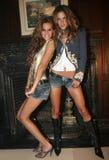 NEW YORK - SEPTEMBER 09: Modeller Isabel Goulart (v) och Alessandra Ambrosio (R) poserar i kulisserna Arkivfoto