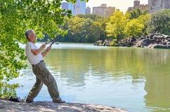 NEW YORK - SEPTEMBER 15, 2015: Niet geïdentificeerde Japanse mens visserij Stock Afbeeldingen