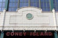 NEW YORK - 1. SEPTEMBER: Stillwell-Alleen-U-Bahnstations-Fassade Stockbild