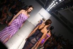 NEW YORK - 6 SEPTEMBRE : Promenade de modèles la piste pour le défilé de mode 2015 de Katya Leonovich Spring Summer Photographie stock libre de droits