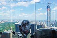 New York: sikt av den Manhattan horisont, Central Park och överkanten av vagga som är binokulär på September 16, 2014 Arkivbild