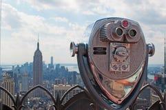 New York: sikt av den Manhattan horisont, Empire State Building och överkanten av vagga som är binokulär på September 16, 2014 Arkivfoton