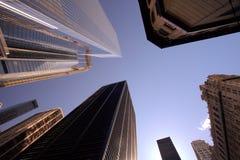 New York skyskrapor från den lägre sikten royaltyfri fotografi