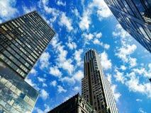 New York skyskrapor mot en dramatisk blå himmel Royaltyfria Bilder