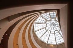 New York: spiral ramp och trasparent kupol av det Guggenheim museet på September 17, 2014 Royaltyfri Bild
