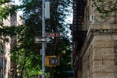 New York, Stad/de V.S. - 10 juli 2018: Het teken en traffi van Clark Street Stock Foto's