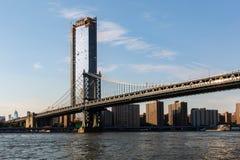 New York stad/USA - JULI 10 2018: Lyxiga byggnader och diversehandel Fotografering för Bildbyråer