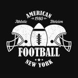 New York, stampa di football americano per l'abito di sport con il casco e la palla Emblema di tipografia per la maglietta Illust royalty illustrazione gratis
